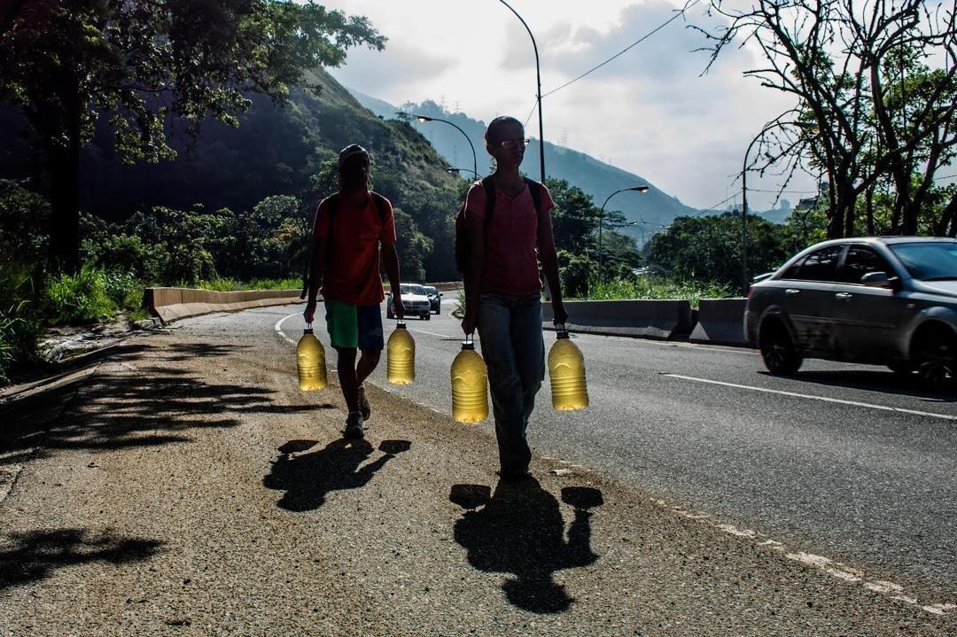 Les habitants de Caracas s'approvisionnent en eau