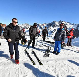 Loin de la scène de l'acte 18 des Gilets jaunes, Macron passe un week-end au ski