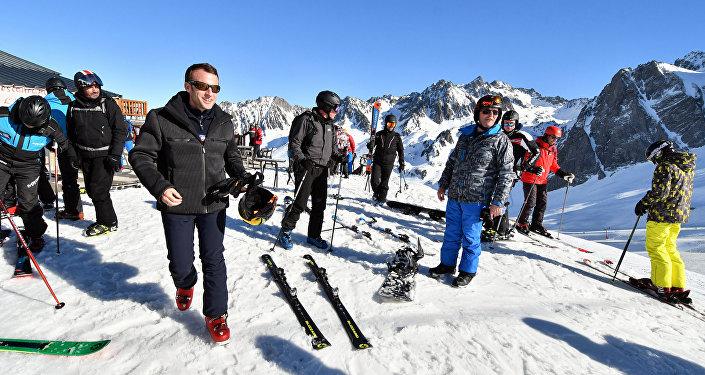 Violences à Paris : Emmanuel Macron écourte son séjour au ski