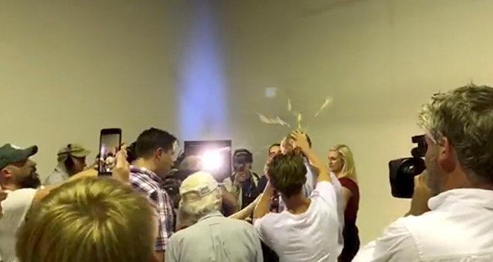 Un sénateur australien frappe au visage un jeune qui lui a lancé un œuf sur la tête