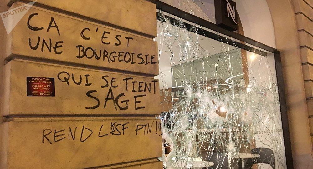 Les dégâts sur les Champs-Élysées après l'acte 18