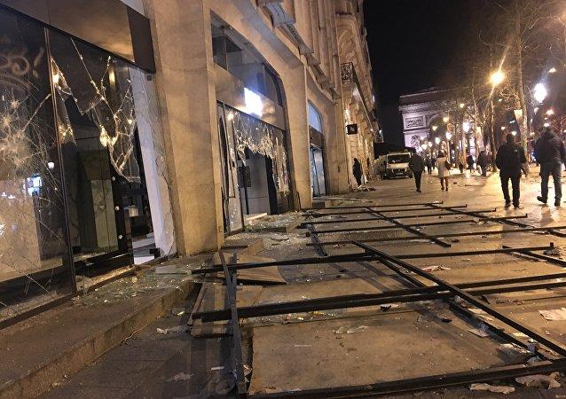 Dégâts sur les Champs-Élysées après l'acte 18
