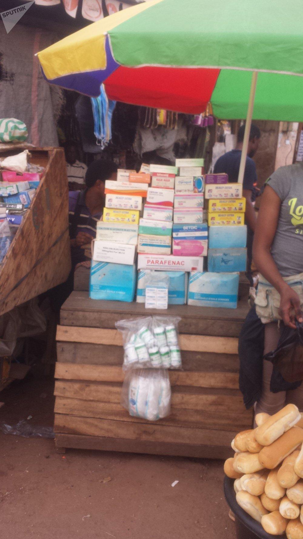 Comptoir d'un vendeur de rue de médicaments, Yaoundé