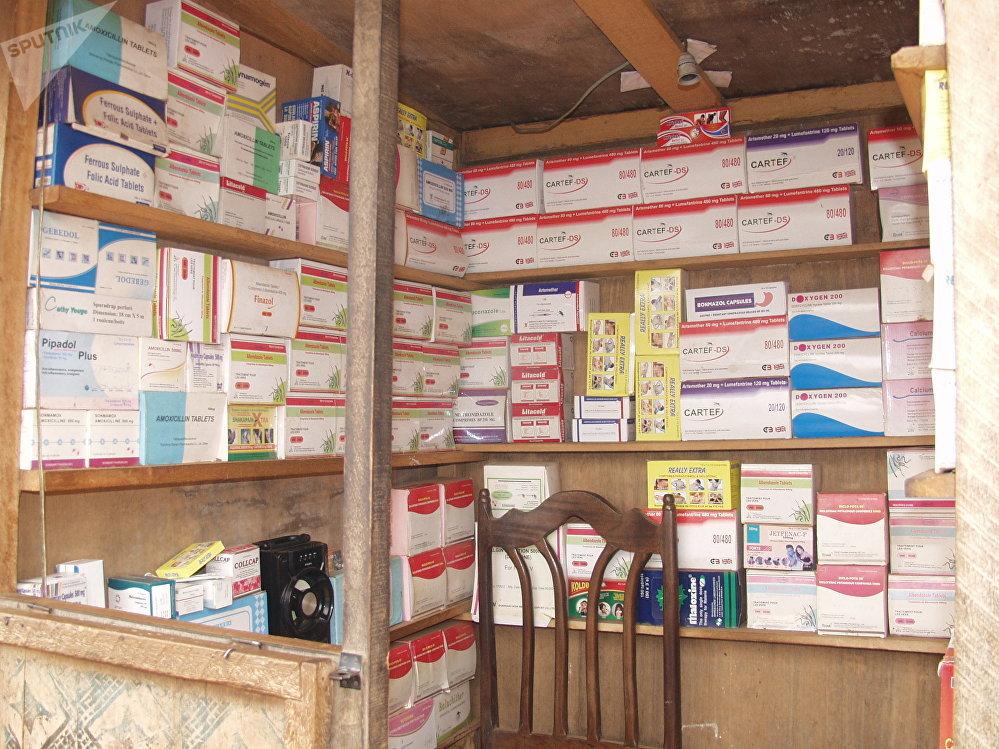 Kiosque d'un pharmacien de rue, Yaoundé