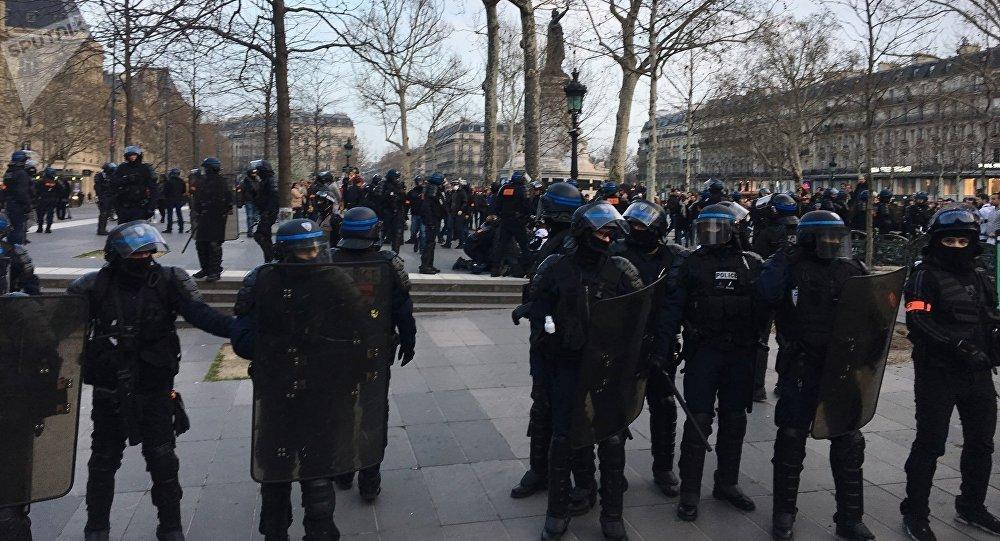 Un policier à terre place de la République, un pompier lui prodigue un massage cardiaque