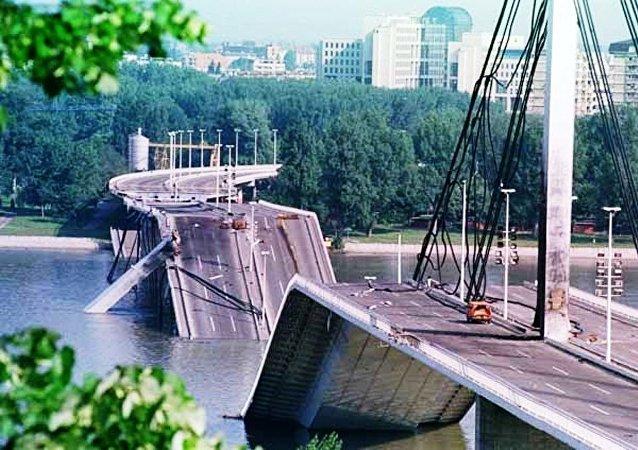 Le pont de la Liberté à Novi Sad après un bombardement de l'Otan.