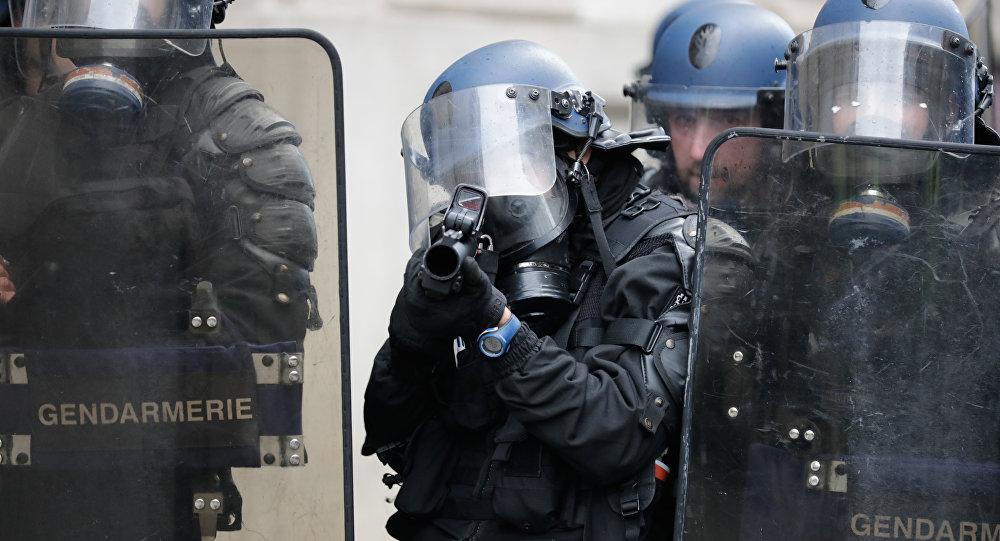 Un policier avec un LBD, image d'illustration