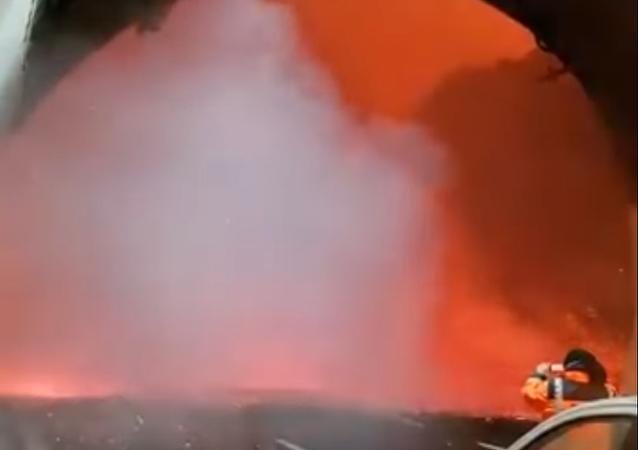 Abrités dans un tunnel, deux automobilistes échappent de justesse à une tempête de feu