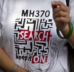 Un t-shirt Continuez de rechercher le vol MH370