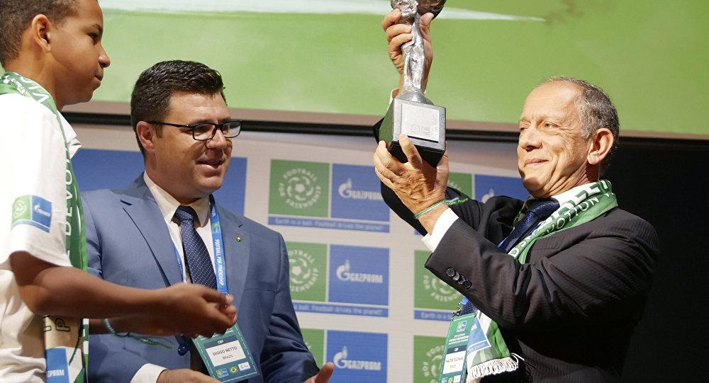 Walter Feldman, Secrétaire Général de la Confédération Brésilienne de Football, reçoit la Coupe des neuf valeurs
