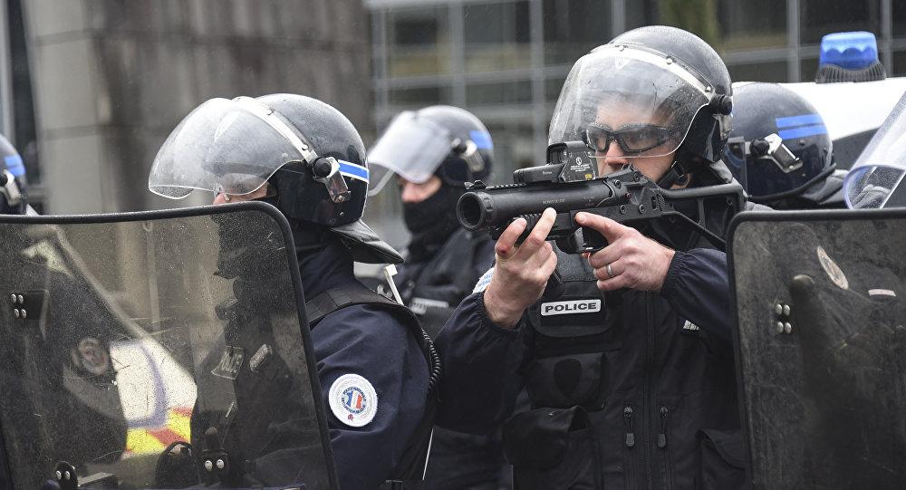 Besançon. Un policier filmé en train de matraquer un gilet jaune