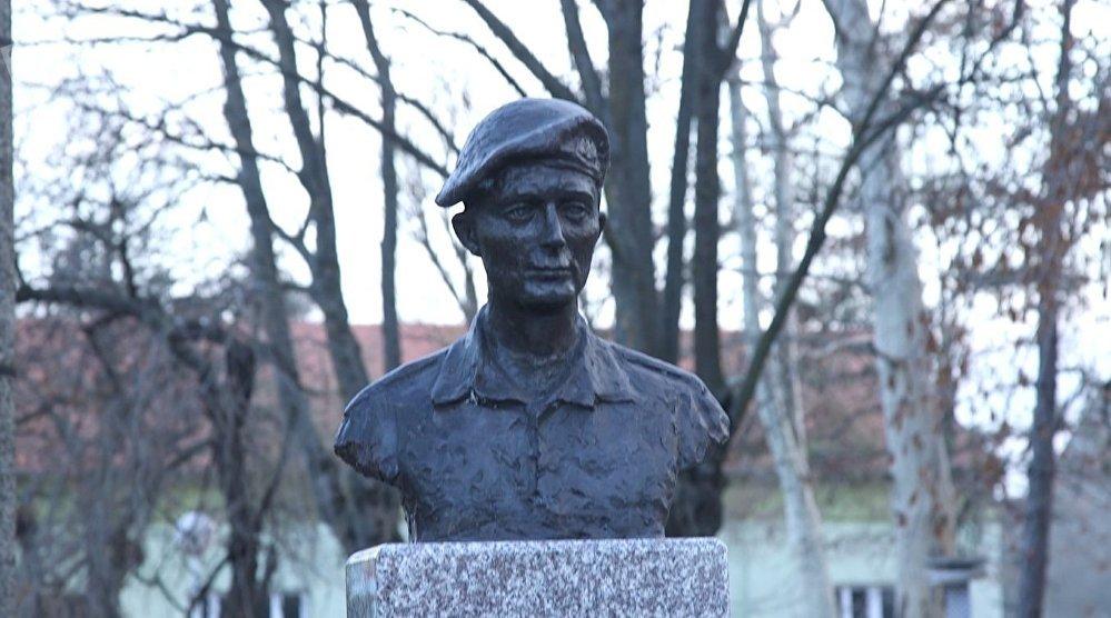 Une statue de Tibor Cerna érigée dans son village natal de Debeljaca