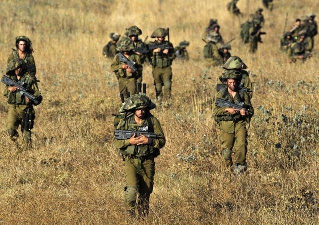 des soldats israéliens en exercice sur les hauteurs du Colan occupées