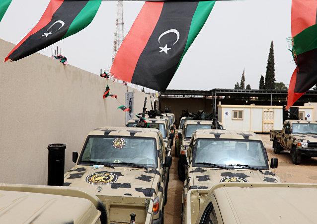 Des véhicules militaires, confisqués aux troupes du maréchal Khalifa Haftar, aperçus à l'ouest de Tripoli, en Libye, le 5 avril 2019.