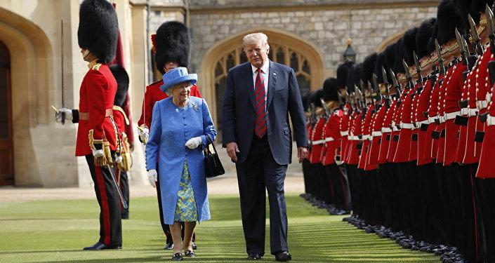 Donald Trump et la reine Elisabeth II passent en revue la garde d'honneur