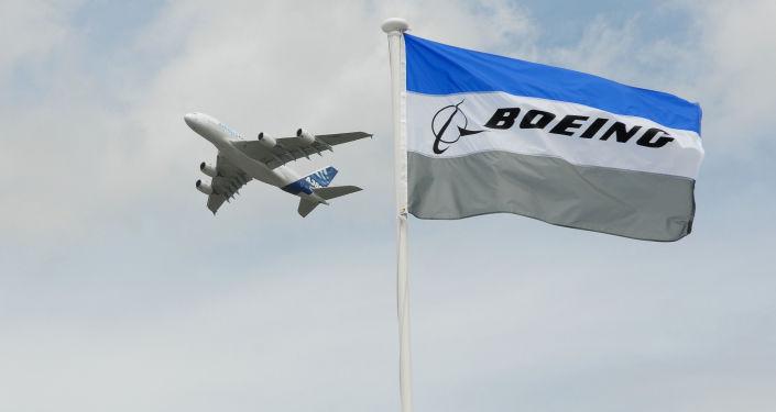 Un Airbus A-380 derrière le drapeau de Boeing