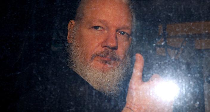 Julian Assange condamné à près d'un an de prison