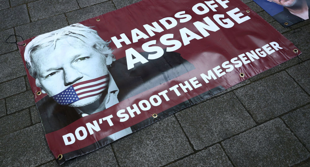 Extradition d'Assange: le chef de l'opposition contredit Theresa May