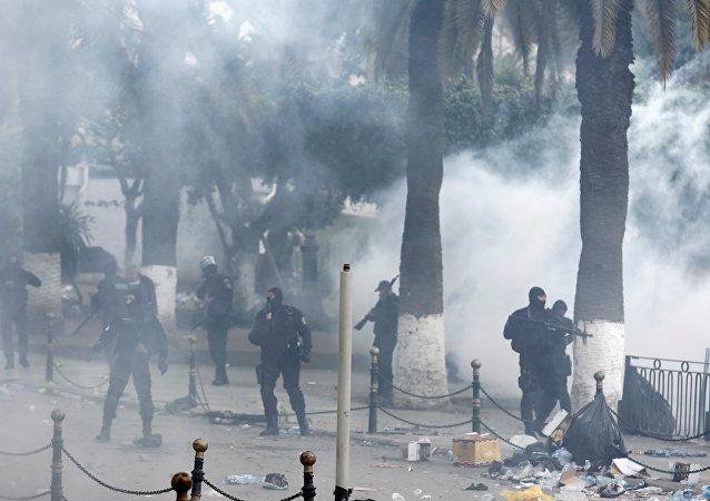 La police fait usage de gaz lacrymogènes à Alger (12 avril 2019)