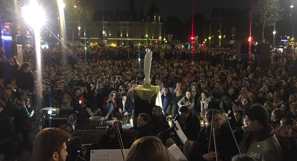 Le lendemain du sinistre dévastateur, Paris rend hommage à la cathédrale Notre-Dame