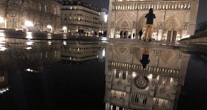 Sur le parvis de Notre-Dame de Paris, en janvier 2018