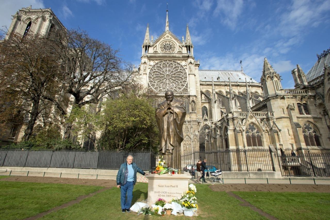Zourab Tsetereli près de sa statue de Jean-Paul II devant Notre-Dame de Paris