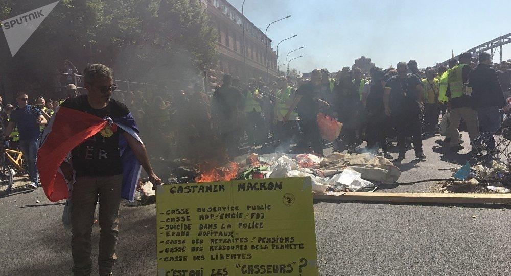 foto de Premières tensions lors de l'acte 23 à Paris: pétards gaz