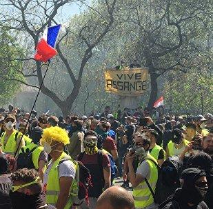 Banderole en soutien à Julian Assange lors de l'acte 23 des Gilets jaunes, le 20 avril, à Paris