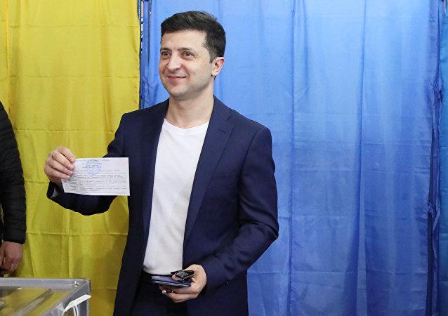 Volodymyr Zelensky et sa femme au bureau de vote, le 21 avril
