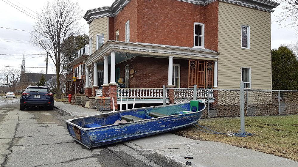 Une embarcation devant une maison de la rue Notre-Dame