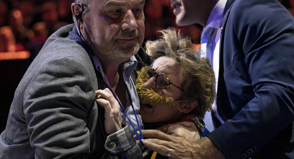 Une activiste de La Barbe évacuée du Dialogue sur l'Europe