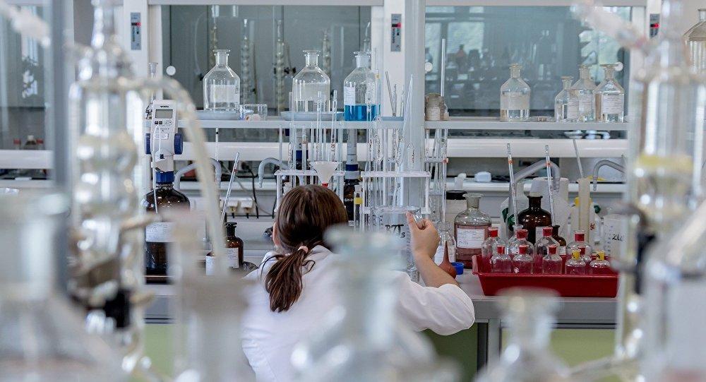 Dans un laboratoire, image d'illustration