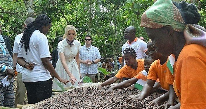 Ivanka Trump avec des cultivatrices dans un champ de cacao à Adzopé, Côte d'Ivoire