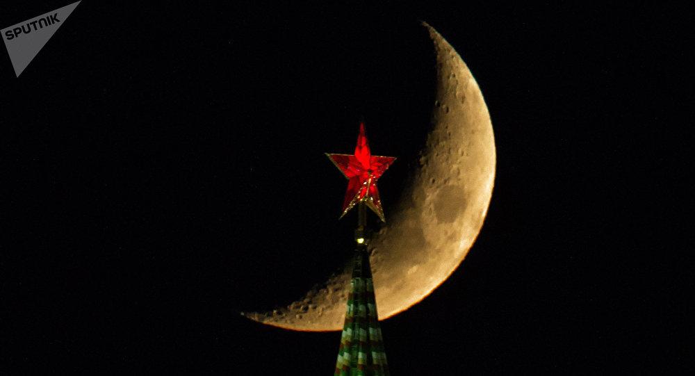 La lune au-dessus d'une tour du Kremlin