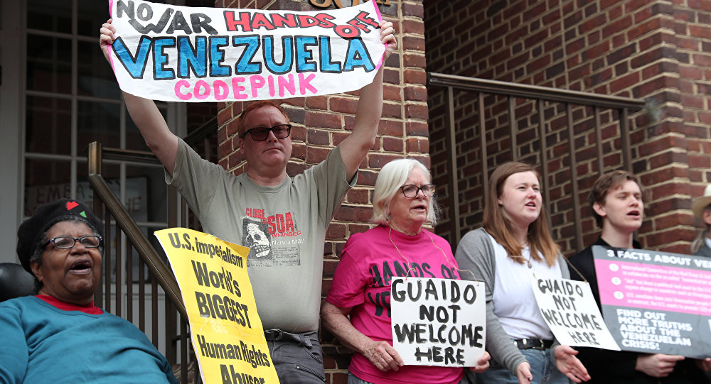 Des manifestants de CODEPINK en face de l'ambassade du Venezuela à Washington contre sa saisie par les autorités américaines