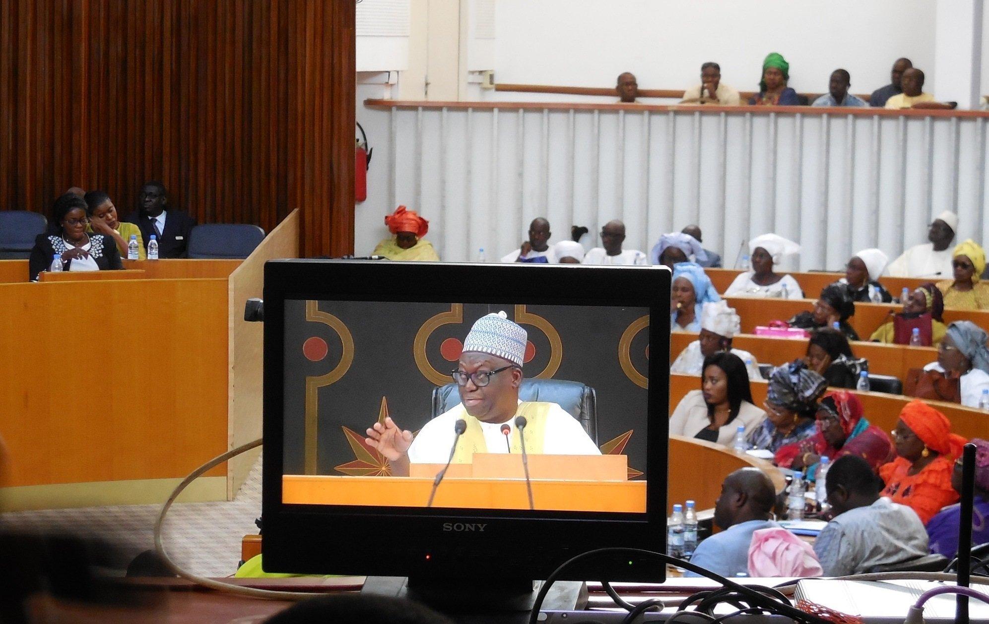 Le président de l'Assemblée nationale Moustapha Niasse (sur le moniteur) le 4 mai 2019 à Dakar, lors des débats sur le projet de loi visant à supprimer le poste de Premier ministre au Sénégal