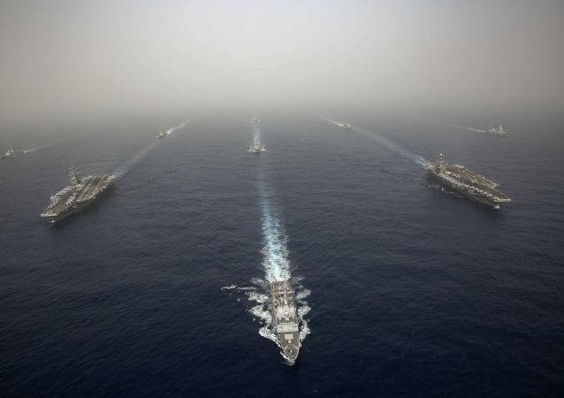 """L'USS Abraham Lincoln et l'""""USS John C. Stennis"""" en Méditerranée (Photo d'archive)"""