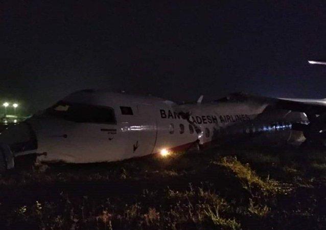 Un avion de ligne se désintègre à l'aéroport de Yangon en Birmanie