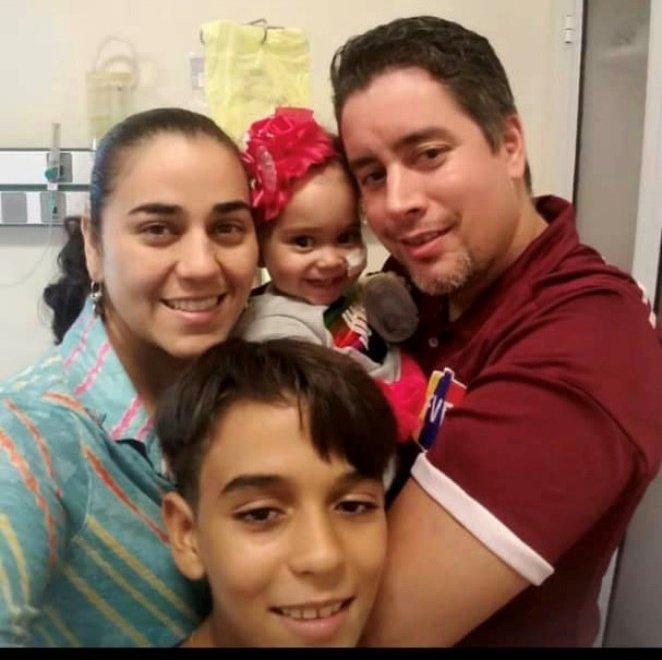 La famille d'Isabella a dû tout quitter au Venezuela pour s'installer à Buenos Aires afin d'y accompagner la fillette pendant son traitement financé par le Venezuela.