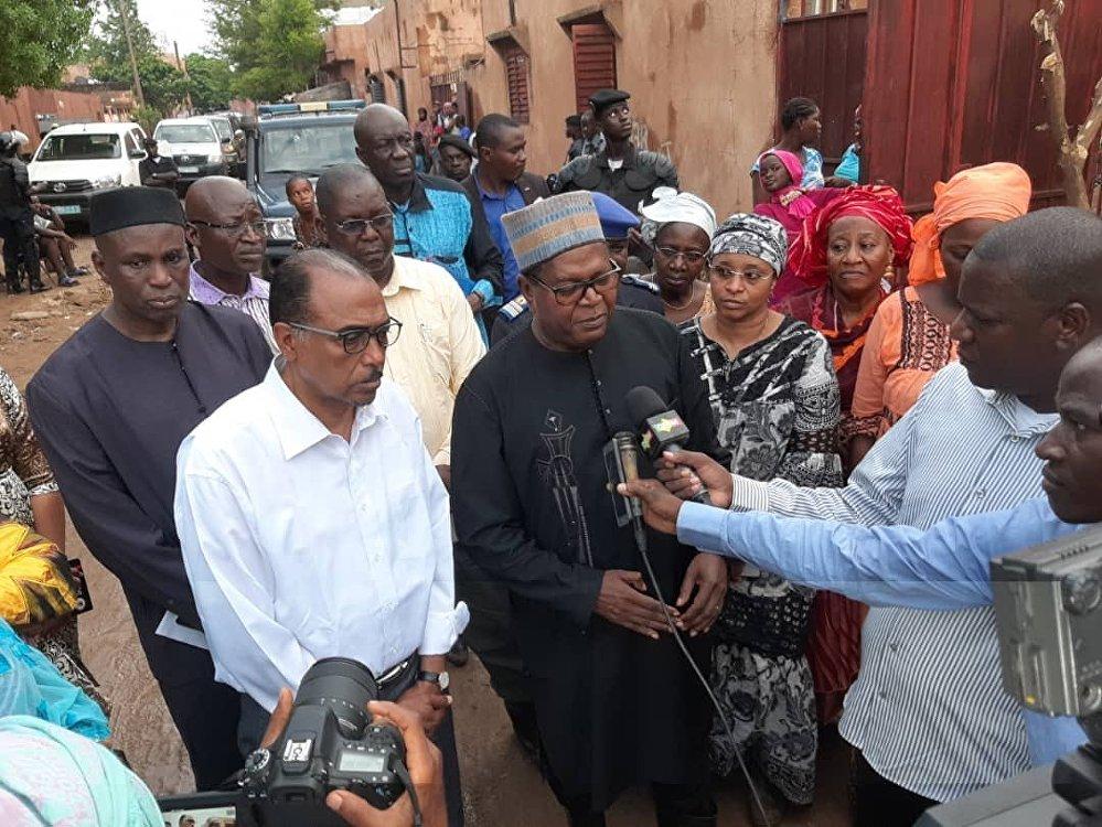 Les ministres maliens Michel Sidibé (en chemise blanche) et Hamadou Konaté (en tunique noire) rendent visite à la population touchée par les inondations à Bamako, le 16 mai 2019.