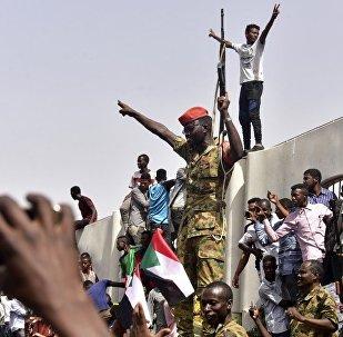 Des militaires soudanais se rassemblent au centre de Khartoum le jour du renversement du Président Omar el-Bechir. Image d'illustration