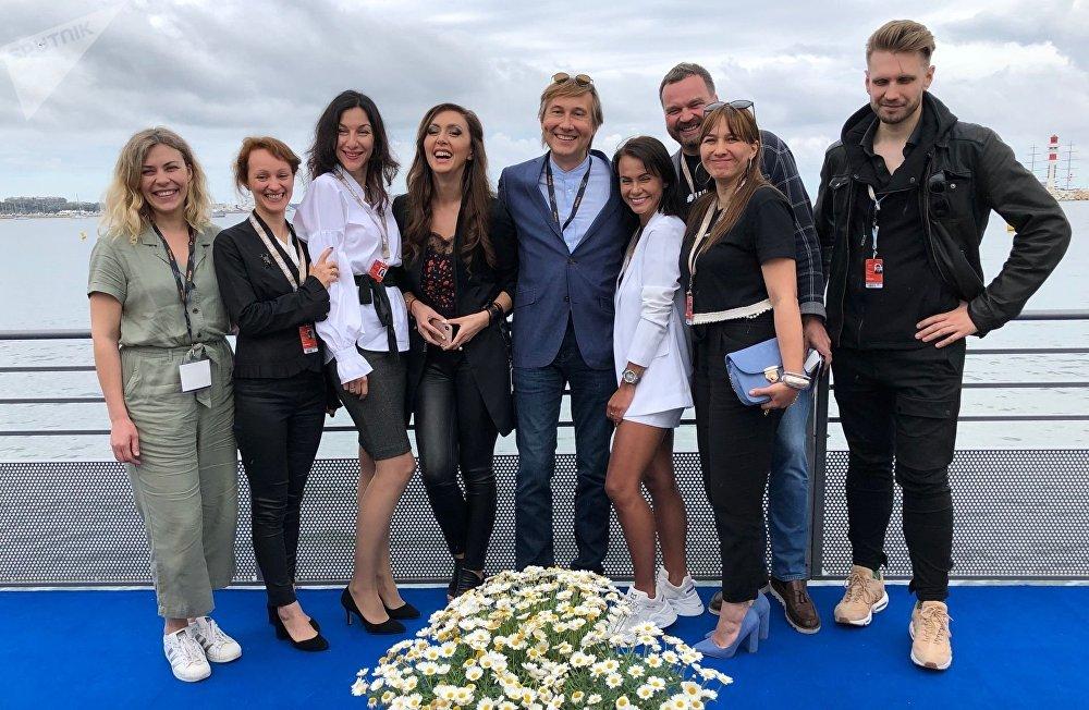 Les étudiants de l'école «Arka» avec leur maître Nikolai Lebedev et Ekaterina Mtsitouridze dans le Pavillon russe à Cannes