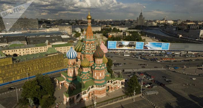 La cathédrale de l'Intercession-de-la-Vierge (cathédrale Saint-Basile) et les galeries commerciales de la place Rouge à Moscou, 2017