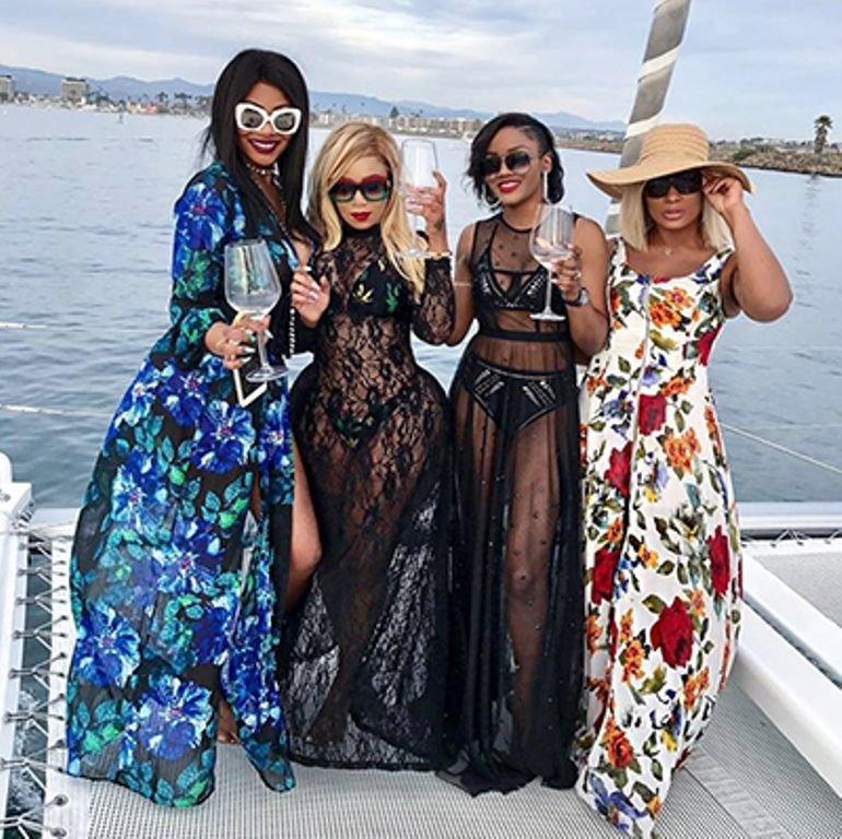 Les quatre stars de l'émission télévisée Les perles de Beverly Hills, avec de gauche à droite (Nathalie Koah, Marie Thérèse Yabit, Jennifer Ondo et Vera Sidika.