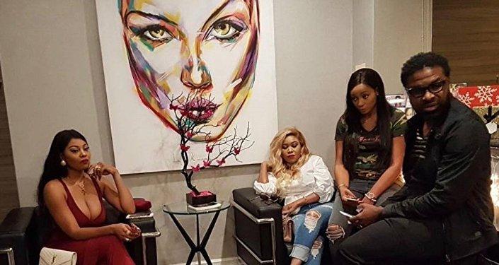 De gauche à droite, Jennifer Ondo, Vera Sikida, MT, Yves Bakena, pendant le tournage de la téléréalité «Les perles de Beverly Hills», première production audiovisuelle à 100% africaine