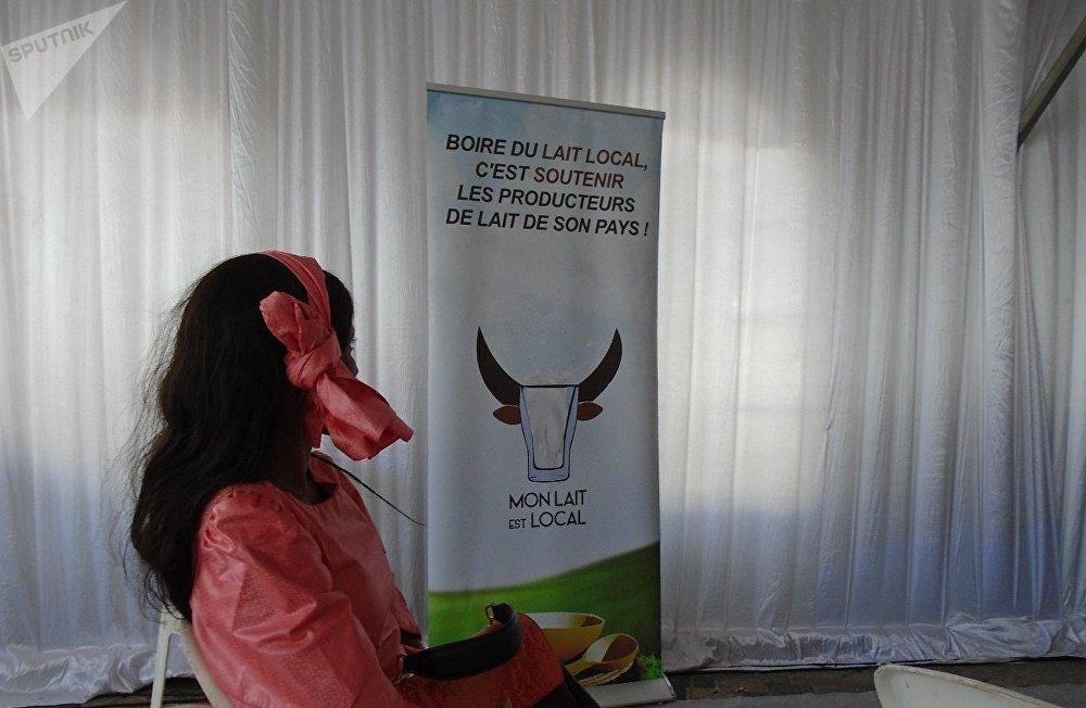 Une affiche de la campagne internationale «Mon lait est local» à Dakar, lors de la célébration de la Journée mondiale du lait, le 1er juin 2019.