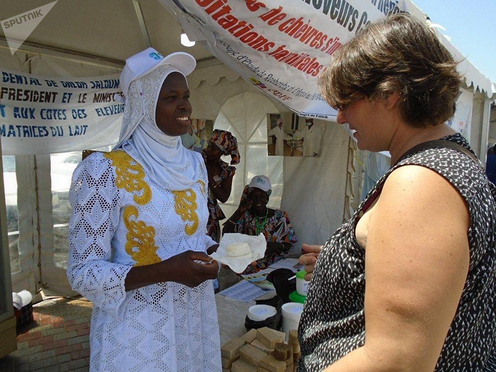 Marie Sarr (en blanc, avec la casquette), transformatrice sénégalaise de produits laitiers, à Dakar, lors de la célébration de la Journée mondiale du lait, le 1er juin 2019.