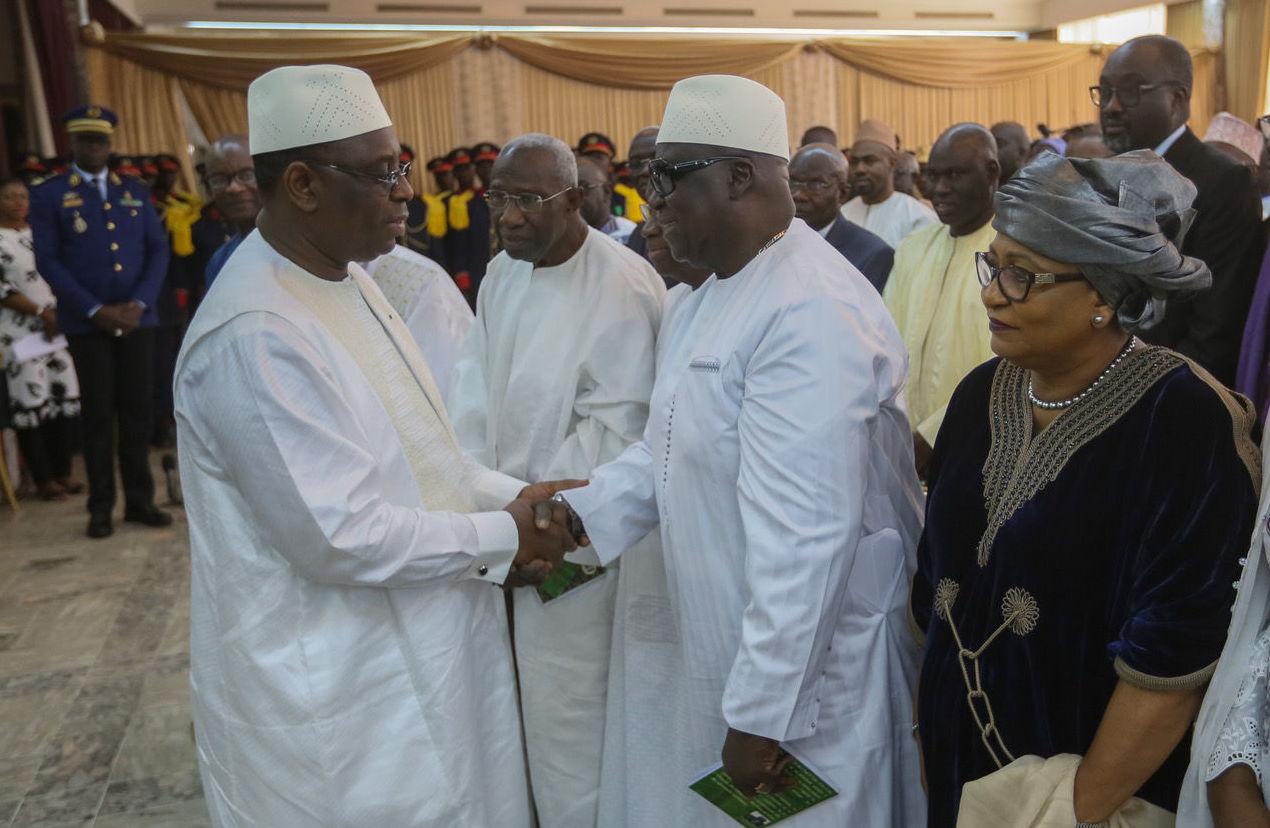 Poignée de main entre le Président sénégalais Macky Sall (à gauche) et Famara Ibrahima Sagna (à droite, avec des lunettes noires), chargé de conduire le processus du dialogue national, le 28 mai 2019 à Dakar. © Présidence du Sénégal