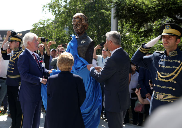 l'inauguration d'un buste de Madeleine Albright à Pristina
