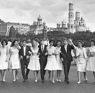Danser jusqu'à l'aube: soirées de fin d'études en URSS et en Russie